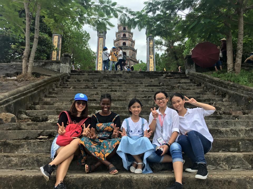 Tomas (thứ hai từ trái qua) trong chuyến dã ngoại cùng lớp Access - Đại học Nha Trang